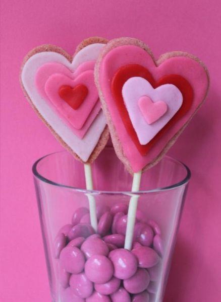 Heartshaped cookie pops  - Hjärtformade cookie pops i röd-rosa nyanser