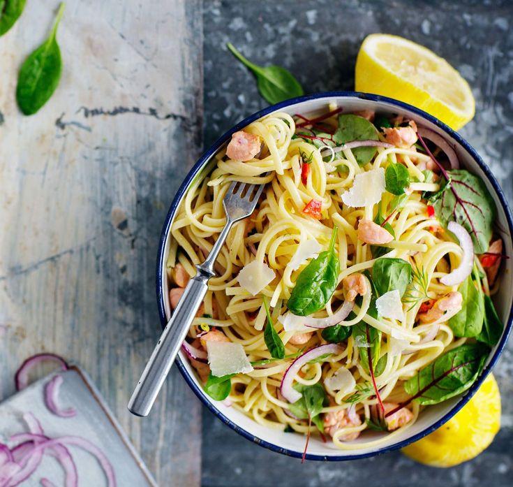 Kevyt pastakastike muistuttaa cevichea, kun lohikuutiot raakakypsyvät sitruunaliemessä.