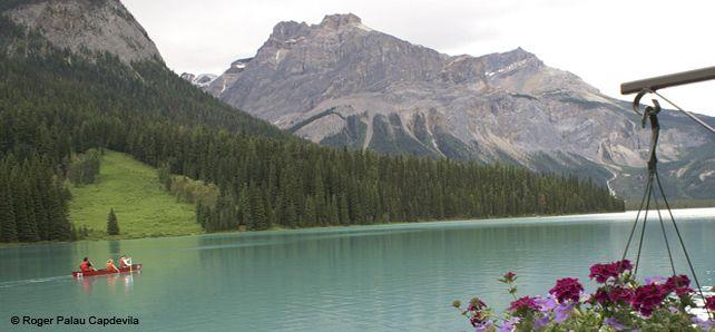 El segundo país más grande del planeta posee una interminable variedad de paisajes. Montañas puntiagudas, glaciares centelleantes, espectrales bosques lluviosos, cimbreantes campos de trigo: están todos aquí, repartidos a lo largo de seis husos horarios. Canadá - Lago Esmeralda @ Roger Palau Capdevila