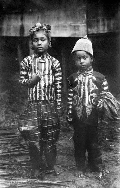 Indonesia, Sumatra, Aceh. Dua anak dari mantan Sekretaris Perang Aceh Panglima diTimbang.