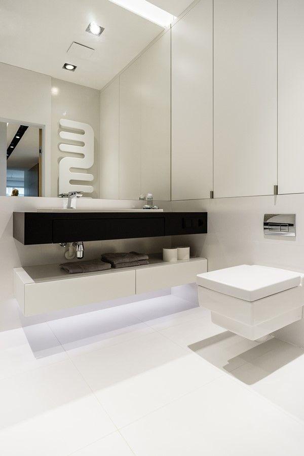 Jasna łazienka w bieli i srebrze - Architektura, wnętrza, technologia, design - HomeSquare