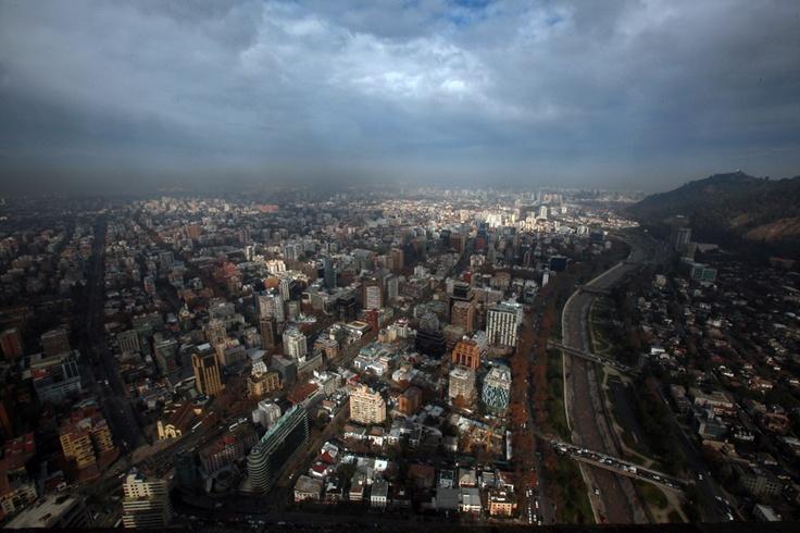 Imagen de Santiago Poniente captada desde el piso 59 del edificio Costanera Center un día después de la lluvia ( Santiago de Chile).  Fotografia: Fernando Herrera.