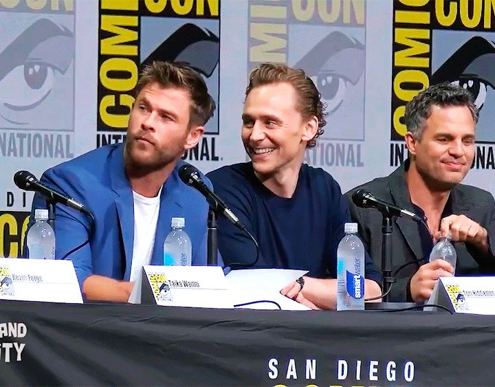 Tom Hiddleston and Chris Hemsworth at SDCC 2017. Tom is pulling his shirt down!