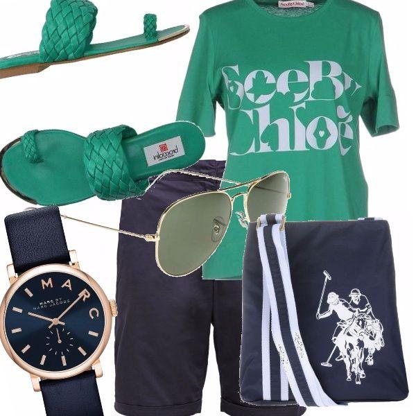 Ti piace vestire sportivo? Ami il green abbinato con il blu. Questo outfit estivo fa per te! Infradito, pantaloncini bermuda, t-shirt con stampa, orologio griffato e tracollina sportiva. Adatto a tutte.