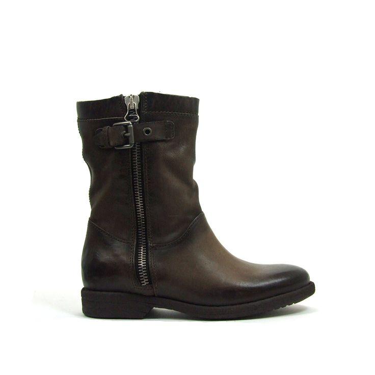 Veel bont deze winter zo ook deze platte laarzen van Mjus, model 562203! De laarzen hebben zowel aan de binnen- als aan de buitenkant een functionele rits. Doe je ze beiden deels open dan is de bont gevoerde binnenkant goed zichtbaar. Aan de buitenkant schacht is boven aan een te stellen gesp. Casual, trendy, no-nonsense en stoer zijn deze lever/taupe kleurige laarzen van Mjus.