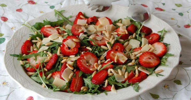 Saras madunivers: Rucolasalat med jordbær, parmesanflager, ristede pinjekerner og vaniljeolie.