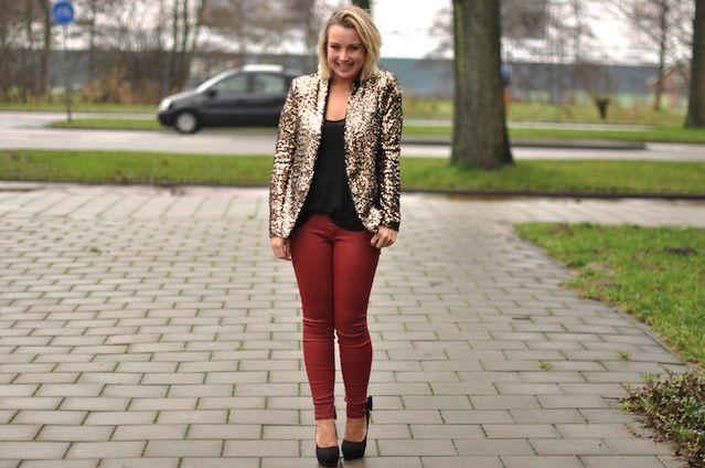 Rode gecoate broek, zwarte strikjespumps