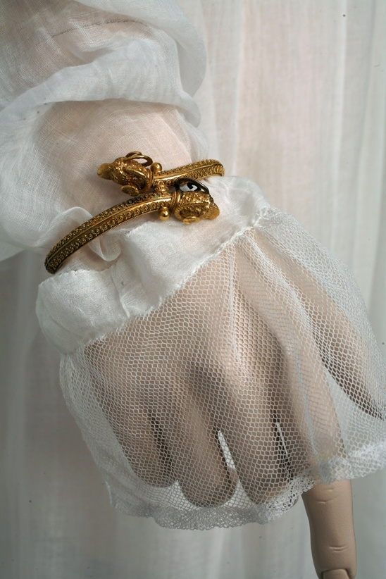 Germaine. Detail of the sleeves. Cotton tulle. Gold bracelet, France, circa 1799. Private collection Barreto-Lancaster