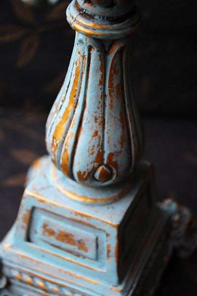 Candelabro en azul y dorado pintado conAnnie Sloan Chalk Paint™ Provence,
