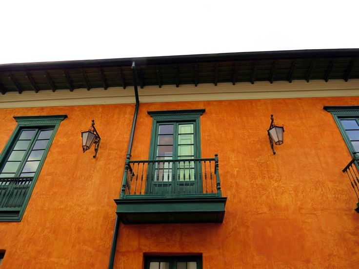 19. Arquitectura de los balcones de las casas de la zona de la Plaza de Bolívar en Bogotá: http://www.tuhotelbogota.co/category/plaza-de-bolivar/