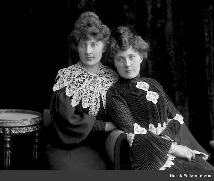 Digitalt Museum - Portrett av søstrene Amalie og Olea Hjemgaard. Plissert kjole, blondekrage og oppsatt hårfrisyre.