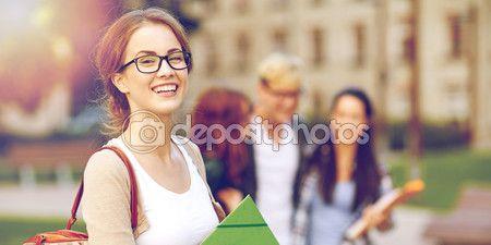 Счастливый подростковой студентов с школьные папки — стоковое изображение…