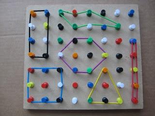 Maak van punaises een pinbord waarmee je driehoeken en vierkanten en allerlei figuren mee kunt maken | Life before Pinterest, pinning to learn | #basisschool #leeridee