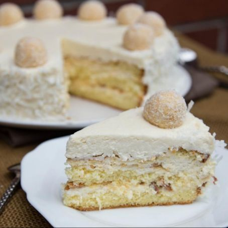 Sahnige RAFFAELLO-Torte mit gehackten Mandeln, EISWAFFELN und zarten KOKOSFLOCKEN