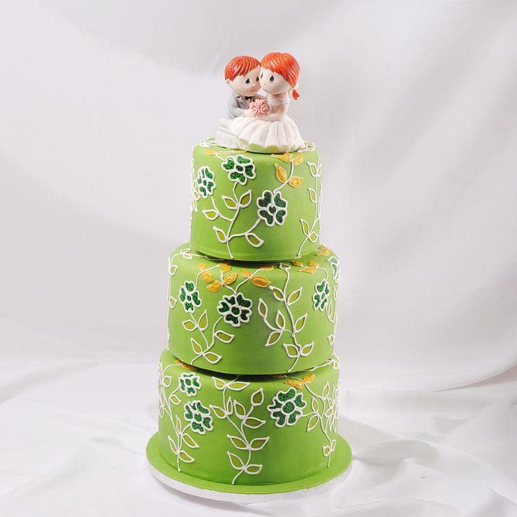 Волшебный зеленый свадебный торт с элементами цветков изготовленных в технике витржа. Выполнено в Мастерская тортов Владимира Сизова.