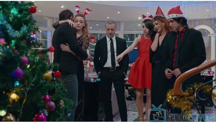Star TV yayınlanan Medcezir dizisinde Eylül Buluter karakterini canlandıran Hazar Ergüclü'nün, 54. bölümünde giydiği kırmızı mini elbise