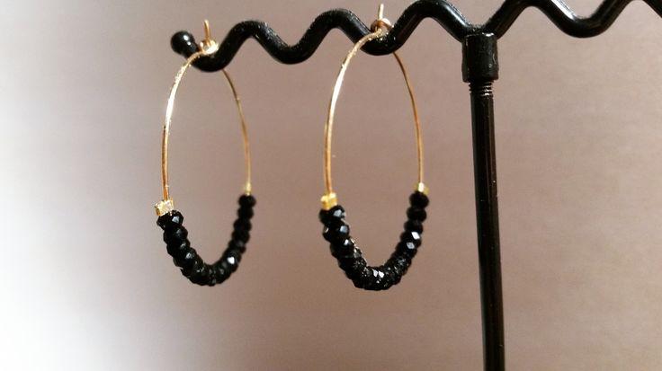 BOUCLES D'OREILLES CRÉOLES /plaqué or / perles noires cristal 4 mm à facettes : Boucles d'oreille par lili-jolie-bijoux