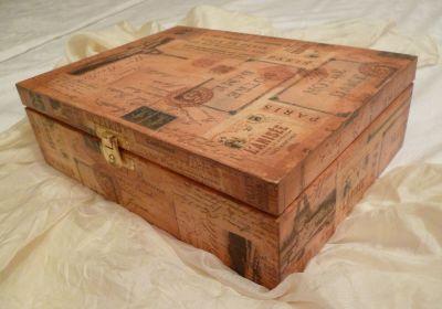 Pěkná dřevěná krabička na čaj 6 přihrádek ručně zdobená ubrouskovou technikou a malovaná s motivem Paříže PR2. Vnitřek přírodní dřevo, nebarveno, nelakováno. Z krabičky na čaj je možné vyjmout přihrádky a použít krabičku i na jiné účely, třeba na šperkovnici. Cena poštovného se musí přičíst k ceně krabičky a činí 75 kč. Za 3 krabičky stále jedno poštovné.