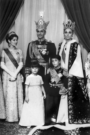 Outubro de 1967: após a cerimônia de coroação de Mohammed Reza Pahlavi como Xá do Irã, da família imperial do Irã. Da esquerda para a direita: Princesa Shahnaz Pahlavi, Princesa Farahnaz Pahlavi, Mohammed Reza Pahlavi, Príncipe Ali Reza Pahlavi e a Imperatriz Farah Diba