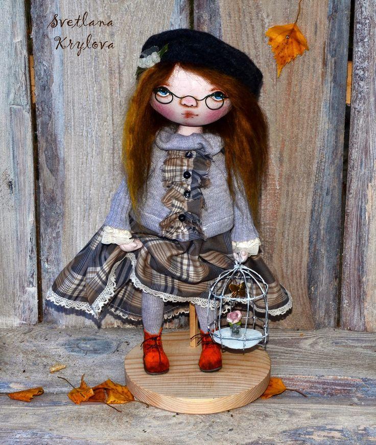 Эту куклу я увидела на Выставке в Москве,и влюбилась.ни когда не думала, что такое бывает. Сама шью и вяжу игрушки. Но что бы вот так запасть на куклу. Прошел месяц,а эта крошка мне не дает покоя. Я ее обожаю...Во время выставки постоянно возвращалась к ней...