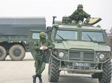. Год спустя. Что мы знаем теперь - Политика - Новая Газета. Бронеавтомобиль «Тигр»,  сфотографированный   на репетиции парада 9 Мая 2013-го в Москве,  был  замечен  4 марта 2014-го около украинской авиабазы в Крыму.