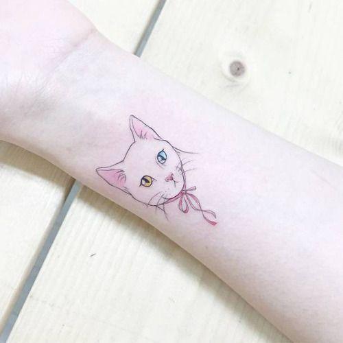 Tatuaje de un gato con ojos de distinto color situado en la...
