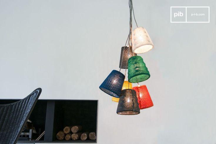 Suspension 7 abat-jours Chelvä : une touche colorée et tendance en tissu pour illuminer votre salon.