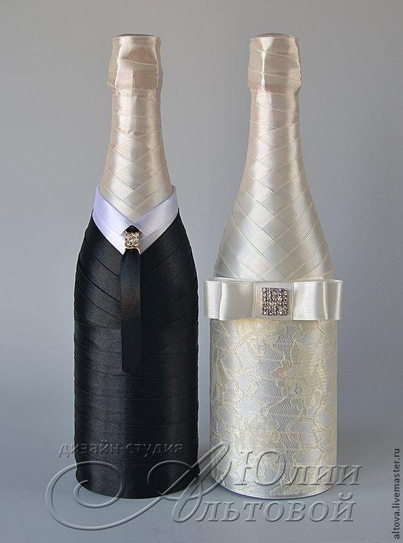 Купить или заказать Украшение шампанского 'В стиле ретро' в интернет-магазине на Ярмарке Мастеров. Бутылки свадебного шампанского, стилизованные под наряды жениха и невесты. Бутылки оформлены атласными лентами, изящным кружевом и брошами со стразами. Цена указана за оформление двух стандартных бутылок. Шампанское в стоимость не входит. ЗДЕСЬ ВЫ НАЙДЁТЕ ЛЮБЫЕ АКСЕССУАРЫ ДЛЯ ВАШ…