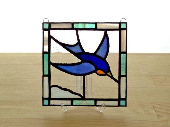 さわやかな鳥モチーフのステンドグラスパネルです。 玄関やリビング、ベッドルームなど、どこにでもぴったりな愛らしい作品です。 陽のあたる場所に飾ると、ガラスをと...|ハンドメイド、手作り、手仕事品の通販・販売・購入ならCreema。
