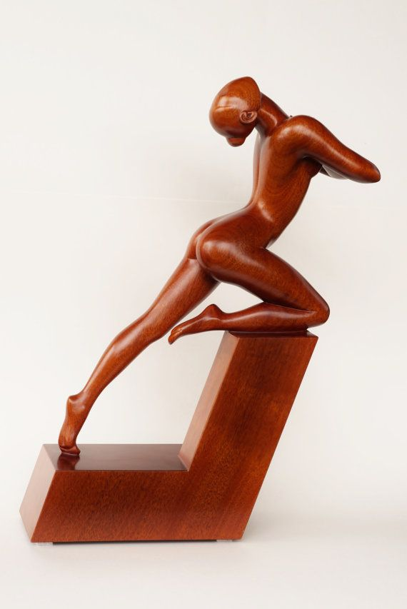 Escultura de mujer desnuda madera arrebato
