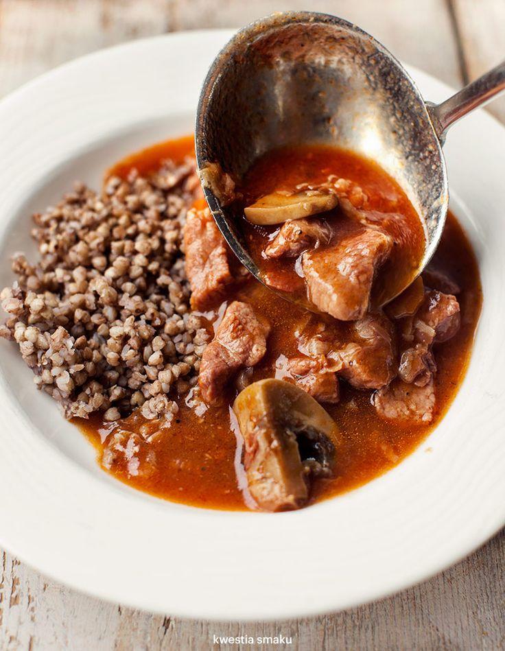 Gulasz wieprzowy z miękkim i kruchym mięskiem z łopatki, z dodatkiem marchewki, chudego boczku i pieczarek, podlewany piwem.