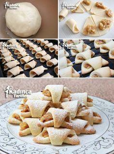 Mini Elmalı Kurabiye Tarifi İçin Malzemeler 3 su bardağı un, 250 gram oda ısısında tereyağı veya margarin, 1 yemek kaşığı yoğurt, 1 çay kaşığı kabartma tozu, 1 kahve fincanı pudra şekeri. Elmalı iç harcı; 3 adet orta boy elma, 1 tatlı kaşığı tarçın, 1 çay bardağı toz şeker, 1 avuç dövülmüş ceviz veya fındık içi (isteğe bağlı).