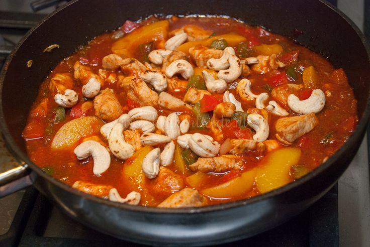 Dit is mijn eigen verrukkelijke variant van pilav met kip, perzik en cashew! Waanzinnig lekker en supermakkelijk om te maken.