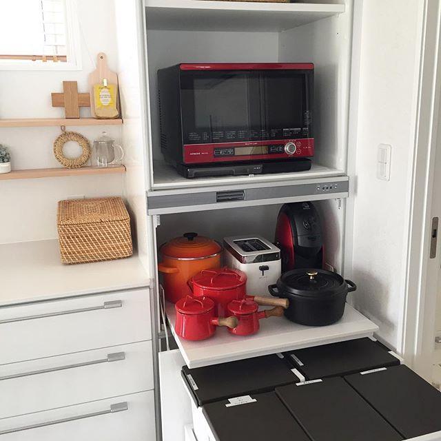 連投ごめんなさい♀️家電収納の質問があったので載せます家電収納を開くと こんな感じになってます。ストウブを使い出してから 炊飯器をまったく使わなくなったので 炊飯器は1番上の奥に。本来炊飯器を置く場所には よく使うお鍋類を置いてます。IHの後ろ側で使いやすくて変わった使い方をしてますゴミ箱もついていて便利な家電収納です✦ฺ生活感満載でごめんなさい♀️