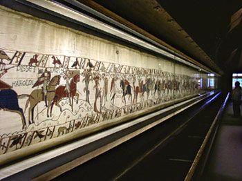 Bayeux, France.Het tapijt van Bayeux is een borduurwerk van 70 meter lang en 50 cm hoog, dat de geschiedenis uitbeeldt van de slag bij Hastings in 1066