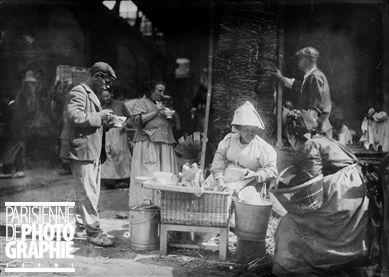 Marchande de café noir aux Halles centrales de Paris. 1908.: