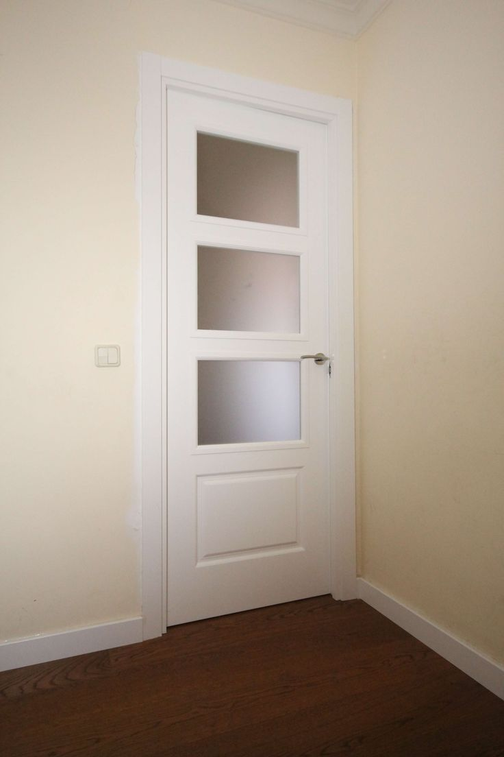 Las puertas lacadas en blanco son última tendencia y combinadas con tarima Grato combinan genial.