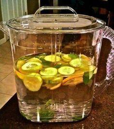 Пей и худей Вам потребуются: 8 стаканов воды плюс еще немного (всего приблизительно пара литров); 1 чайная ложка тертого имбиря; 1 огурец, тщательно очищенный и тонко нарезанный кружочками; 1 лимон, очень тонко нарезанный кружочками; дюжина или около того маленьких листиков мяты (свежих). На ночь замешиваем все ингредиенты в крупном кувшине. Дайте смеси настояться в течение ночи в холодильнике. За сутки выпиваем весь графин.