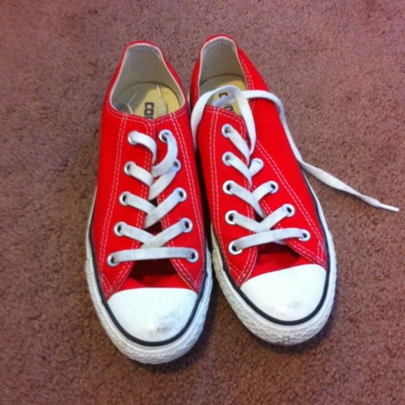 red converse shoes NWOT its new without tag but got a little bit dirty in some areas but will definitely be easily cleaned just dont have time to do it so priced accordingly. Size 4 Mens 6 womens Converse Shoes