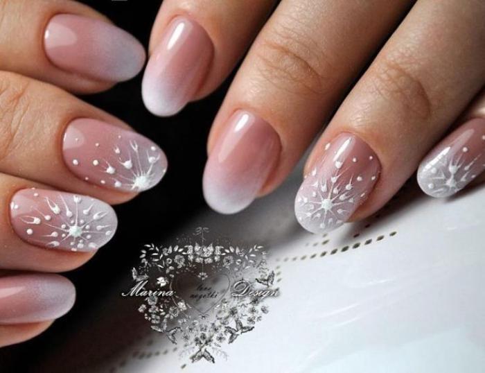 большой новогодний дизайн ногтей в розовом цвете