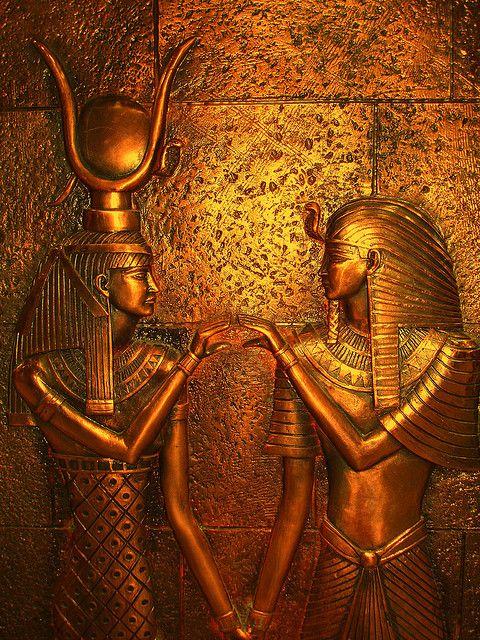 Antique Egypte... Perharps, inside Hathor's Temple in Denderah, it is in Gold. (Detail of a wall ? Or detail of a golden coffin ?). Pour les Français Non Anglophones, Egypte Antique... Peut-être, à l'Intérieur du Temple d'Hathor à Denderah, c'est en Or. (Détail d'un mur ? Ou détail d'un Sarcophage en or ?) Source non dite, vers Le Caire, Egypte.