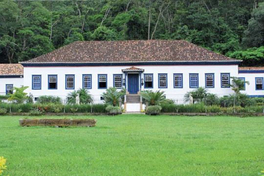 Fazenda São Fernando - Vassouras - RJ - Brazil - cores. e eh bem colonial e a maioria das casas são antigas e bem assim. a gnt pode tirar ornamentos das janelas tambem...