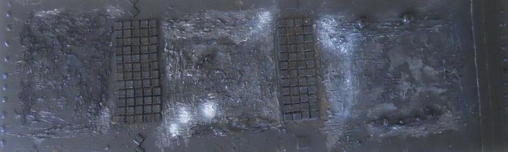 CHROME NOIR  Tableau unique – format 140x80 cm peint en 2008  Technique : Peinture à l'acrylique et peinture à la bombe– sable – mosaïque – fibre de coton – gel  craquelage accéléré – perles – résine –bombe –plâtre  La toile est montée sur châssis bois et protégée par un vernis afin de donner une très bonne longévité.