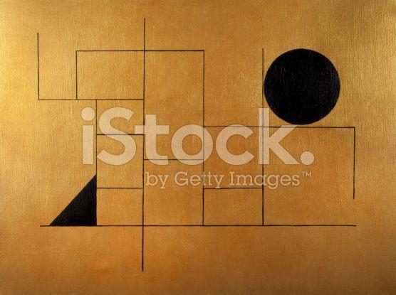 Oggetto geometrico nero con sfera e triangolo su sfondo dorato - fotografia stock royalty-free