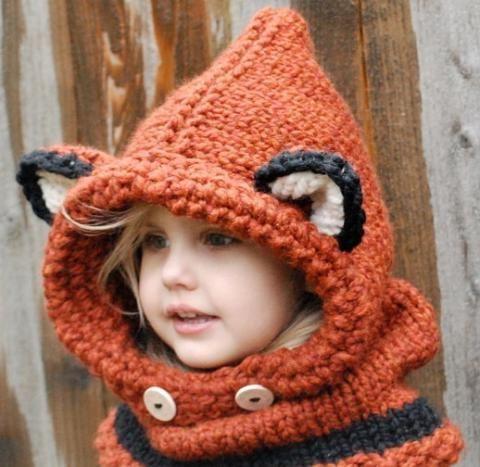 Невероятно очаровательная детская шапочка в виде капора. Защищает и голову и шею, и очень забавно выглядит. Рекомендованная пряжа — шерсть или полушерсть, спицы под стать — здесь исполь…