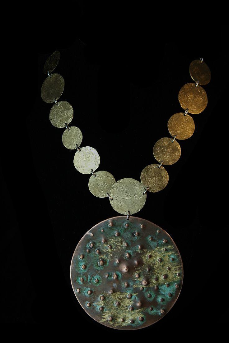 Collar de Cobre Chileno patinado y aplicaciones de oro de 23 quilates, con bronce y plata 950. www.victorialonso.com