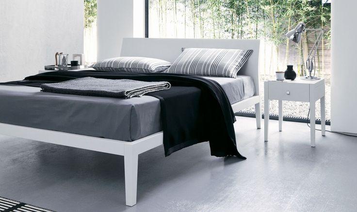 ROSITA.... Completamente in legno massello, il letto si distingue per la particolare forma della testiera, sottoposta ad una doppia piega, realizzazione che si ispira all'antica tradizione del mobile italiano.