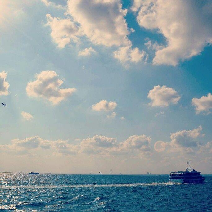 Bir gemi gider boğaza dogru..