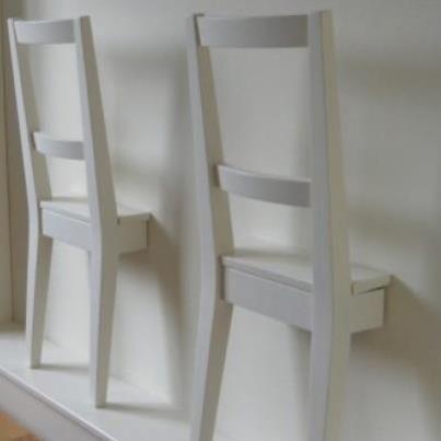 Een dressboy....gemaakt van een oude stoel, geschilderd en aan de muur gemaakt…