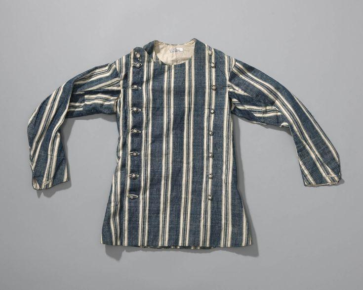 Dergelijke hemdrokken werden in de 19de eeuw als onderkleding gedragen of 's zomers ook wel als werkkleding. Deze hemdrok heeft knopen van garen. Daarbij werd een meestal houten kern overtrokken met verschillende kleuren garen. #NoordHolland #Zaanstreek